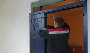 Монтаж двери из металла