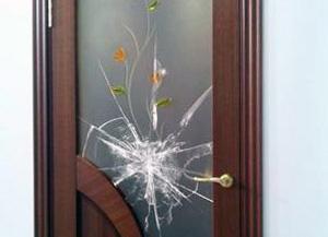 Дверь с разбитым стеклом