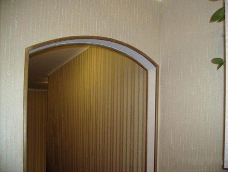 Отделка арки в доме обоями