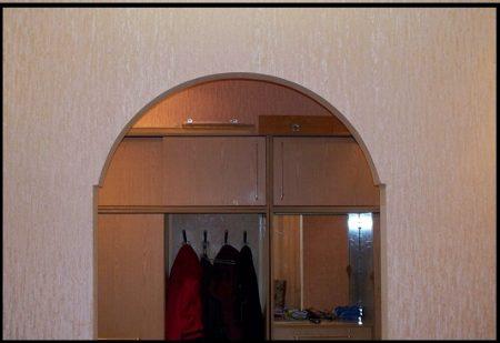 Пример отделки арки обоями