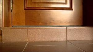 Высокий порог двери из бетона