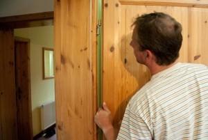Установка отремонтированной двери