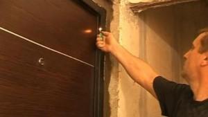 Проверка правильности установки двери