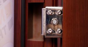 Скрытая петля входной двери