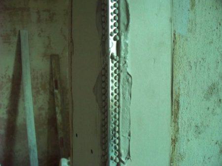 Пример монтажа уголка на стену