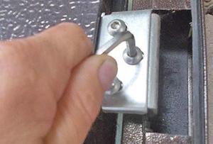 Регулировка петель двери
