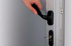 Ручка и замок металлопластиковой двери